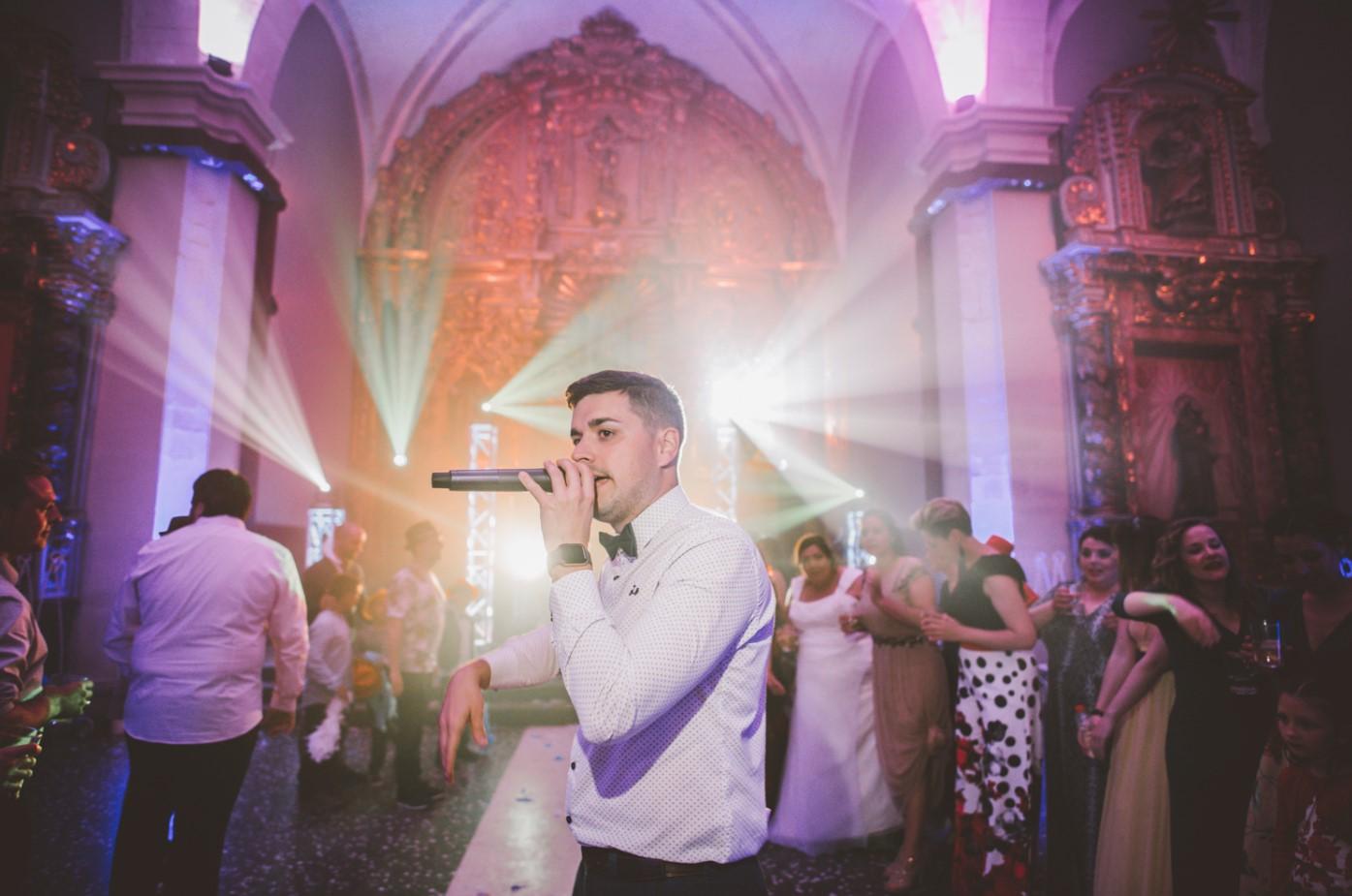 Alex Muñoz animando la boda